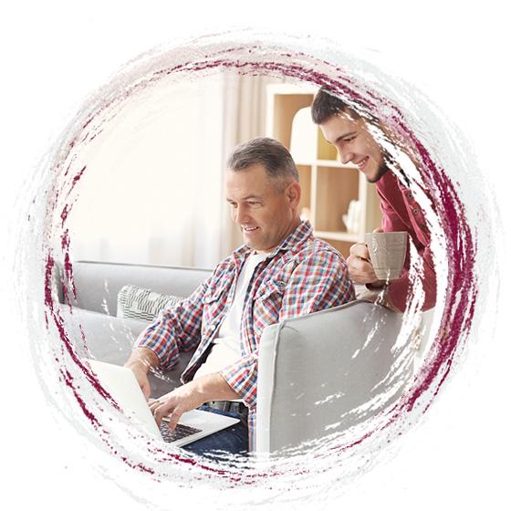 Ojciec z synem przeglądający wyniki stada na komputerze